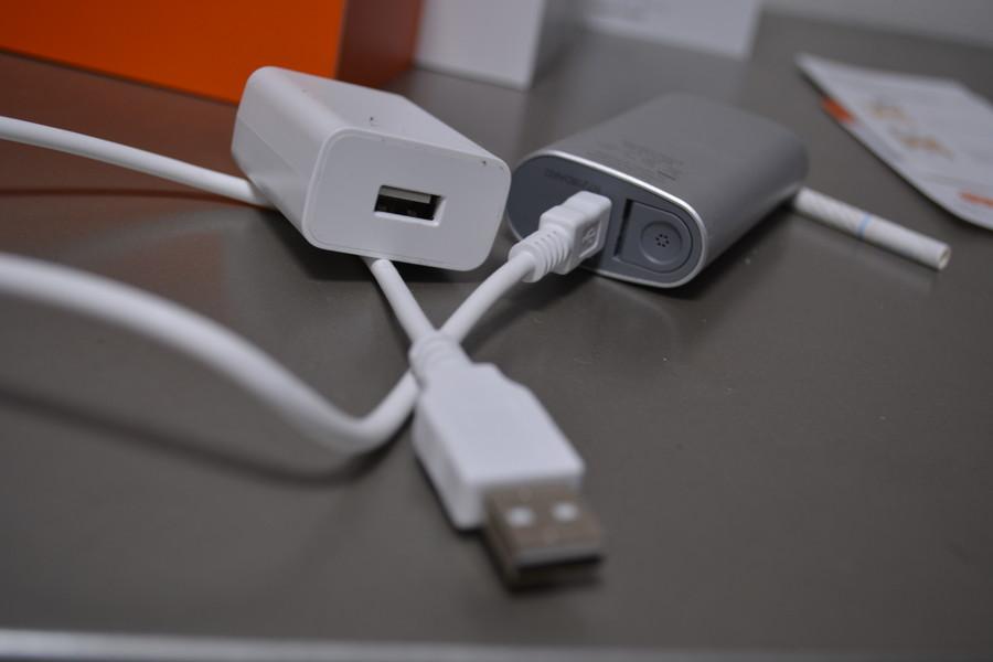 充電器はこんな感じで使う。ミニusbタイプなので、この手のコードは何かの付属品で余りまくる人も多いのでは?