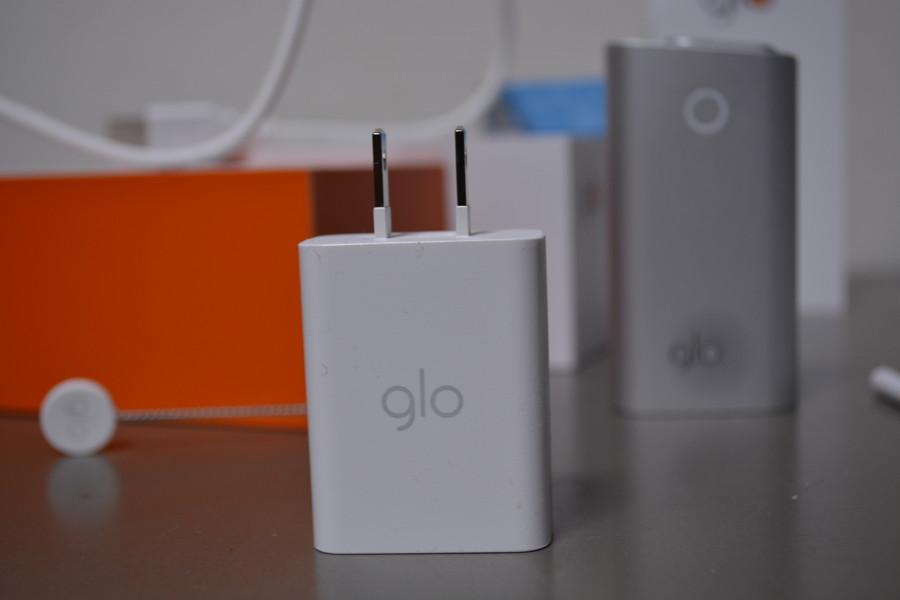 AC電源用の変換アダプターもgloのロゴ入り