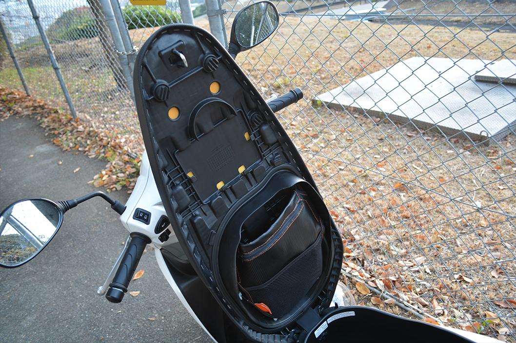 dio110(ディオ110)レビュー。これは買うべきスクーター。:シートの裏側。純正ではないポケットをAmazonで買ってバイク屋さんに装着してもらった。超便利。