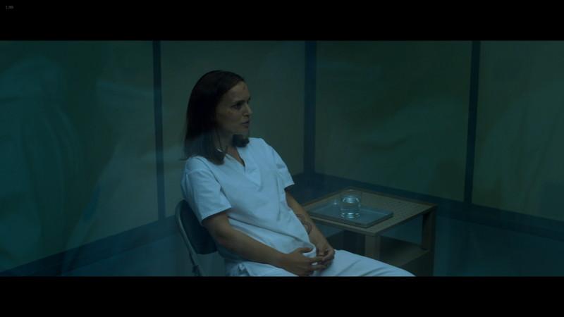 尋問中のレナ。コップを置くテーブルが左側にある