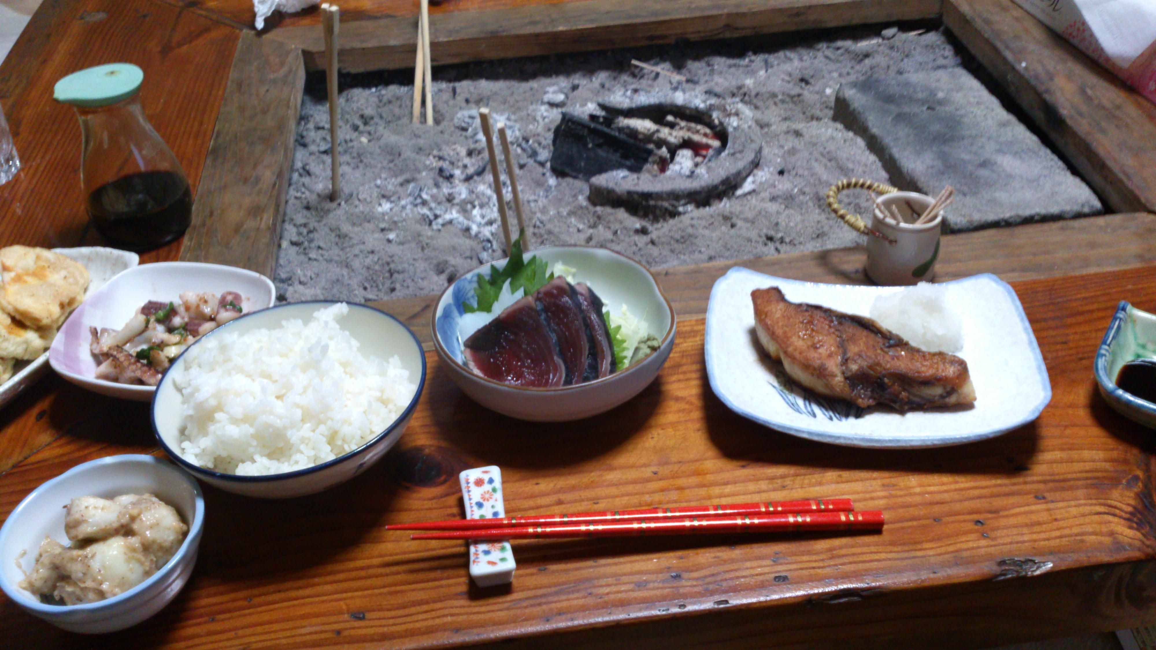 2012年12月。僕は種子島を一人で旅した:種子島の民宿「白南風(しらはえ)」で何泊か目で登場した夕食。魚が凄くおいしかった。