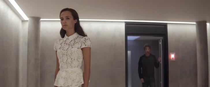 エレベーターを待っている間、それを見るエヴァ