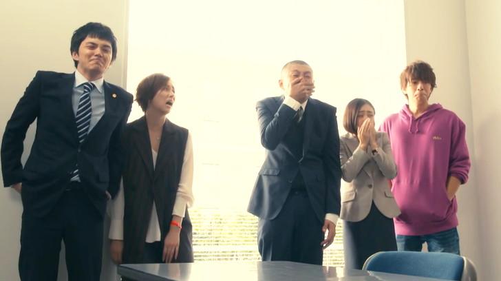 それを見て感動する京極法律事務所のメンバー(小鳥遊以外)