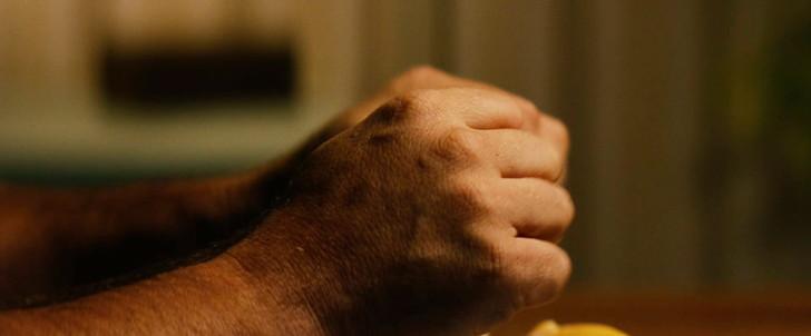 「10クローバーフィールド・レーン」評価と感想」:ストレスのせいか手をグーパーするハワード