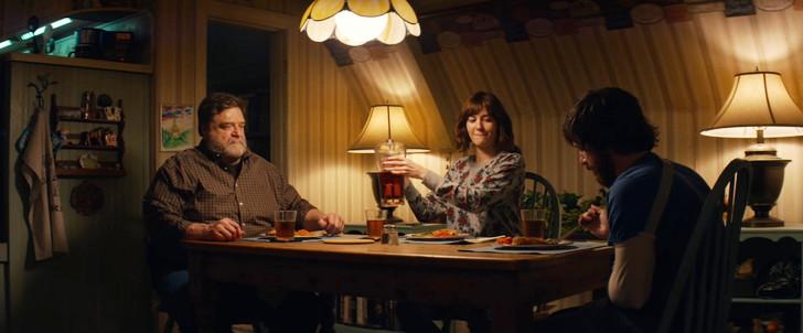 「10クローバーフィールド・レーン」評価と感想」:3人で仲良く食事をするシーン