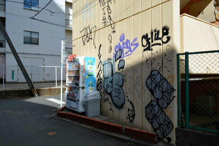 福岡散歩日誌:壁に描かれた落書き