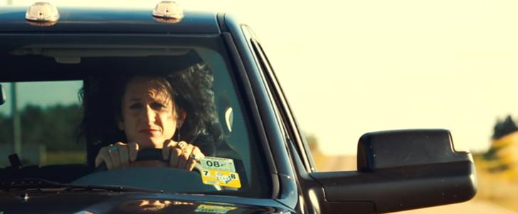 「きっとここが帰る場所」:運転するシャイアン