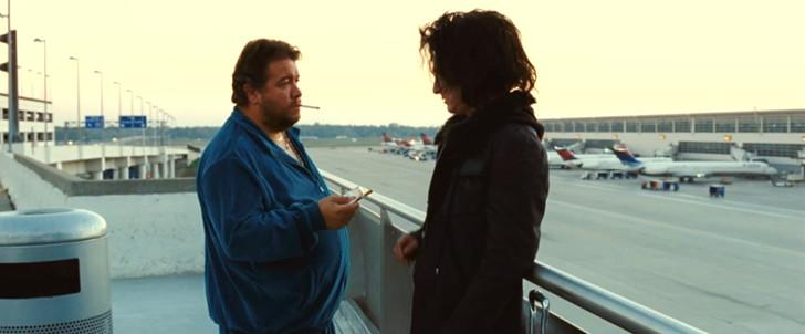 「きっとここが帰る場所」:空港でおっさんにタバコを勧められるシャイアン