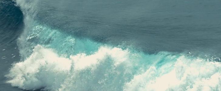 :きれいな海、激しい波